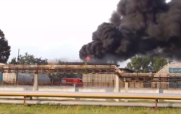В Лисичанске от обстрела загорелся завод
