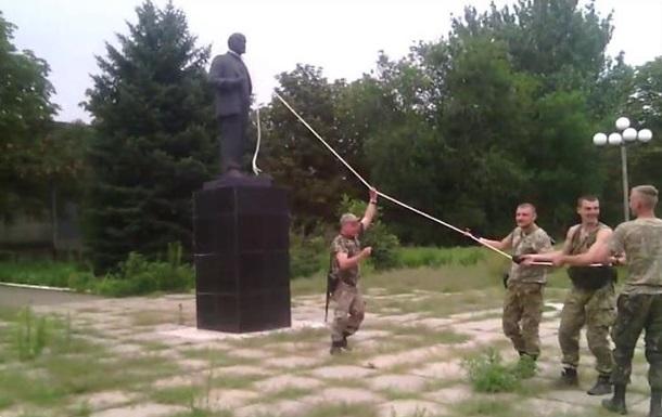 На Донбассе впервые повалили памятник Ленину