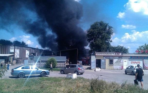 В Донецке загорелся склад вторсырья