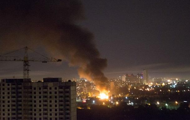 На Дарницком шоссе в Киеве произошел сильный пожар