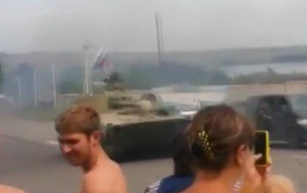 В Сети появилось видео танков с российскими флагами в Макеевке