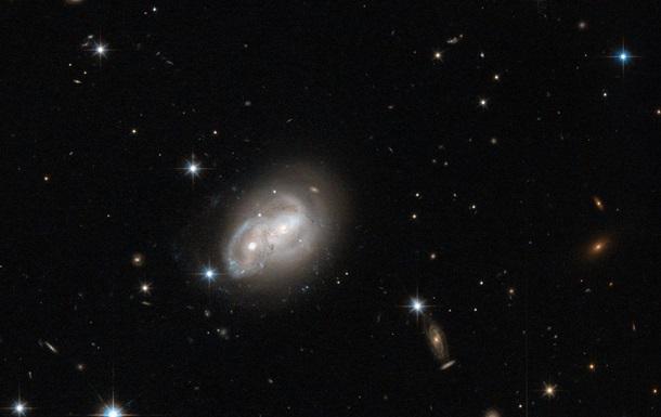 NASA опубликовало снимок сталкивающихся галактик