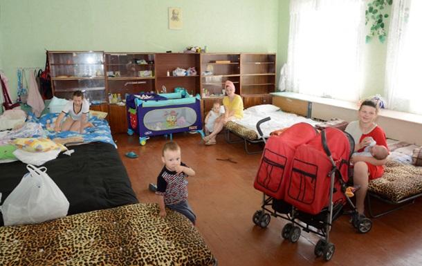 Священник из Днепропетровской области приютил больше 500 переселенцев