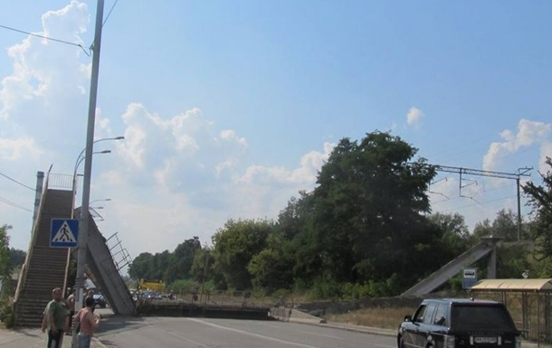 Упал пешеходный мост