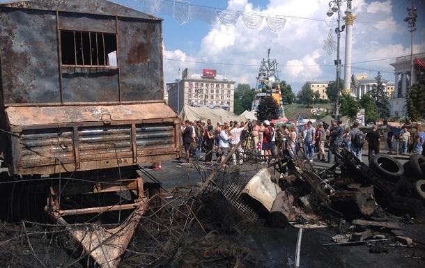На Майдане восстановили две баррикады и подготовили  коктейли Молотова