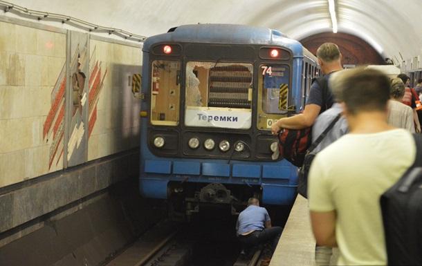 На станции метро Дворец Украина пассажир упал на рельсы