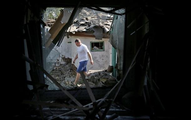 Утро в Донецке началось с артобстрелов, разрушены жилой дом и газопровод