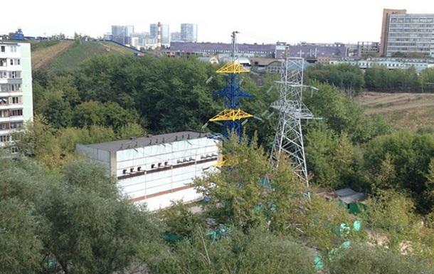 В Москве вышки электропередачи начали красить в синий и желтый