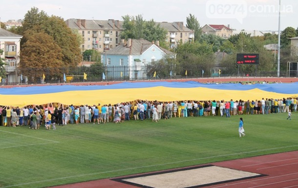 В Артемовске развернули самый большой флаг Украины
