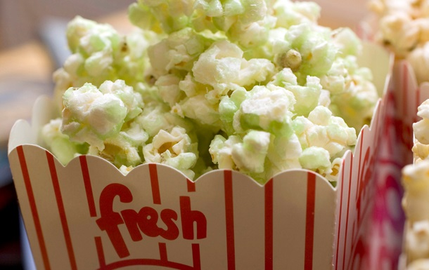 Ученые выяснили, какой жанр фильмов заставляет людей много есть