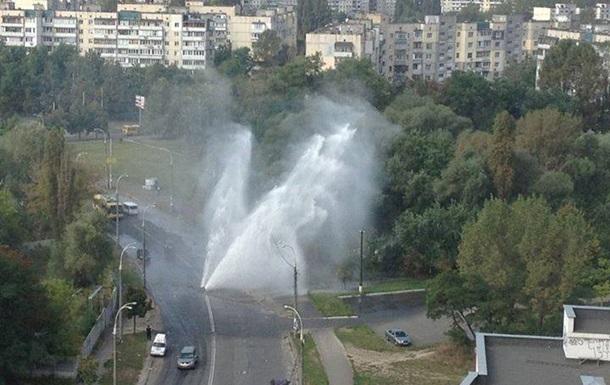В Киеве прорвало трубу: появился 10-метровый фонтан