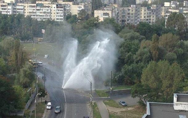 В Киеве устранили прорыв трубы, фонтан из которого пробил трехметровую дыру в асфальте