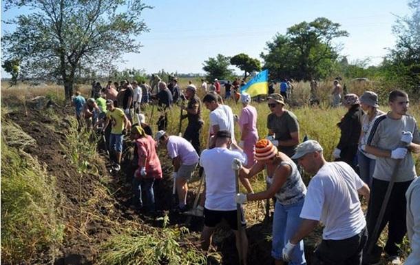 В Запорожье местные жители укрепляют оборону города