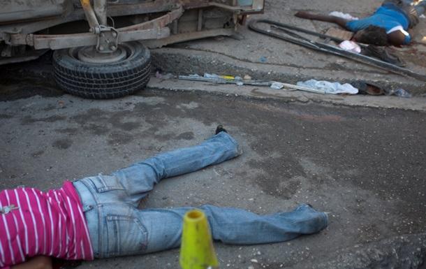 На Гаити сорвался в пропасть автобус с 60 пассажирами