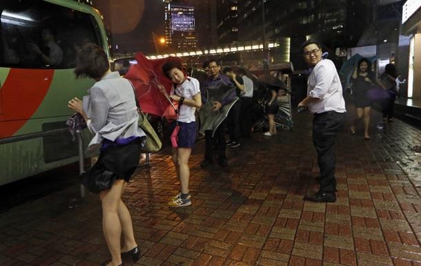 Тайфун Калмэджи парализовал жизнь в Гонконге