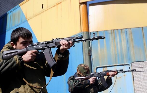 В Донецке учат стрелять детей: фото из тренировочного лагеря