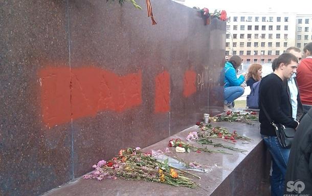 У постамента памятника Ленину в Харькове собрались противники его сноса