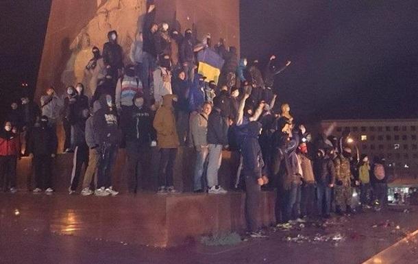В Харькове ультрас разогнали противников сноса памятника Ленина
