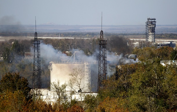 В Донецке гремят залпы, горит десять домов