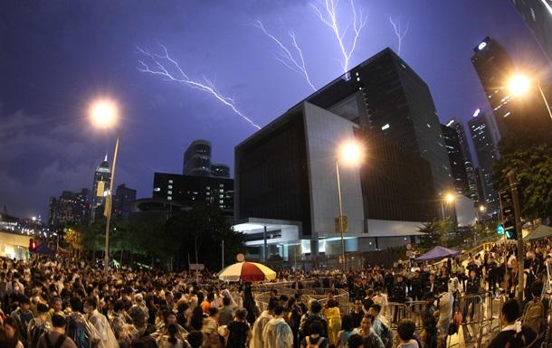 Сотни демонстрантов в Гонконге вступили в столкновения с противниками акции протеста