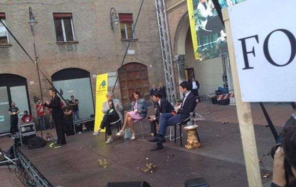 Итальянского премьера забросали яйцами