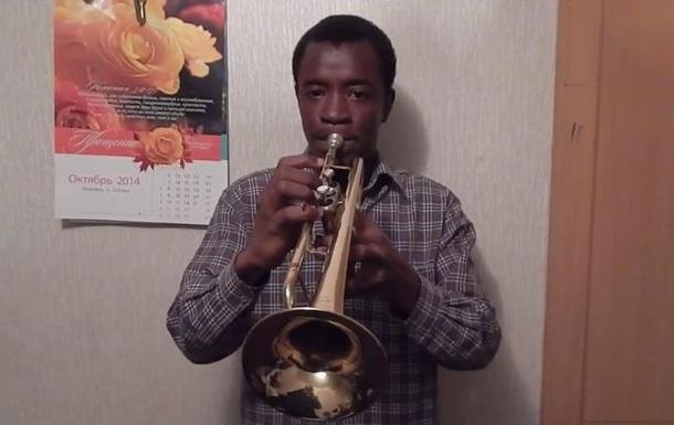 Темношкірий студент із Тернополя зіграв гімн України на трубі