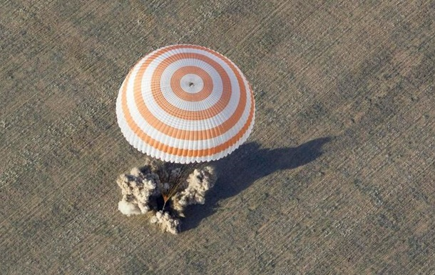 Три астронавта экипажа МКС вернулись на Землю