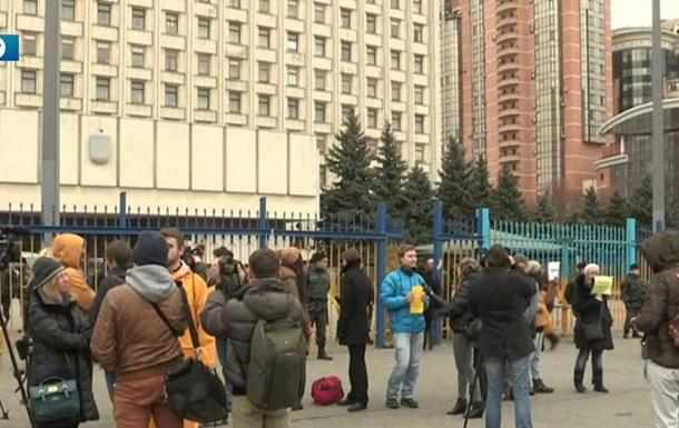 Під Київською облрадою мітингують за відновлення кінотеатру Жовтень