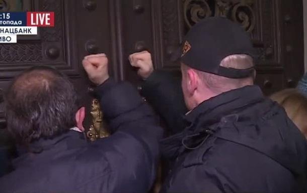 Позичальники і вкладники під НБУ: стукають у двері і кличуть Гонтарєву