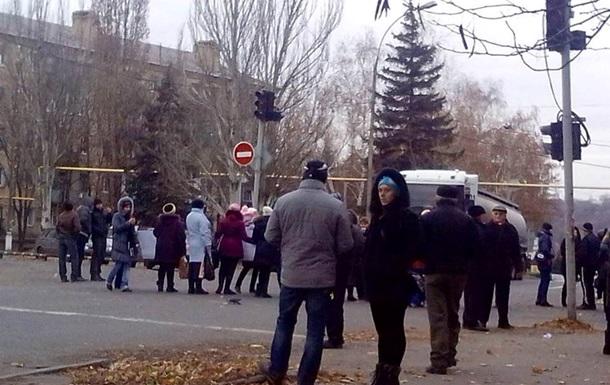 В Торезе женщины перекрыли дорогу, требуя от ДНР  детских денег  - соцсети