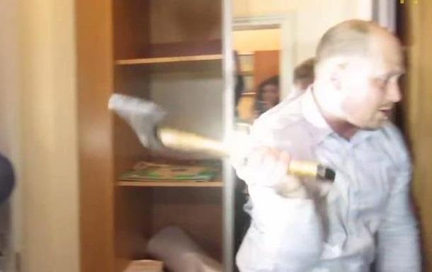 Окно в Европу . В Полтаве нардеп топором вырубил дверь в кабинет мэра