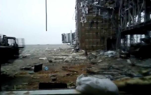 Бои в донецком аэропорту: обнародовано видео разгрузки БТР под обстрелом
