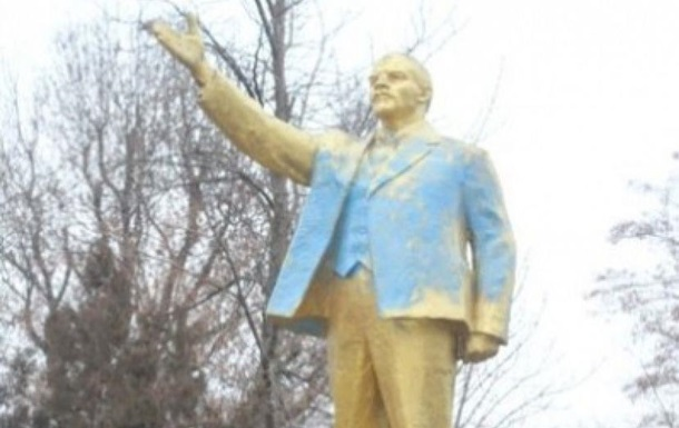В Одеській області пам ятник Леніну облили синьою фарбою