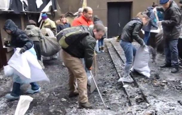 В Киеве прошел субботник в кинотеатре Жовтень