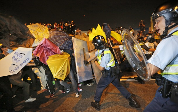 В Гонконге новые стычки между студентами и полицией