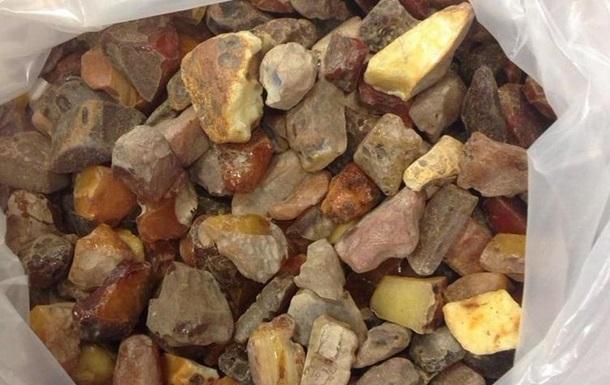 Китаец пытался вывезти из Украины 15 килограммов янтаря