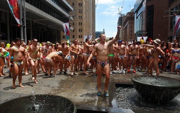 Голі австралійці вийшли на вулиці заради навчання дітей