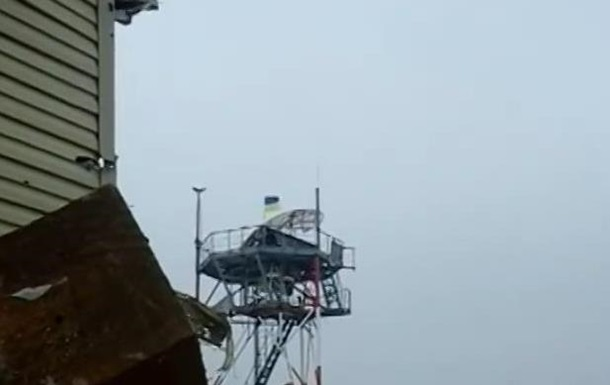 На метеовежі донецького аеропорту вивісили прапор України