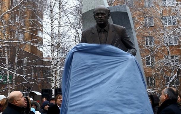 Пам ятник Сахарову відкритий в Нижньому Новгороді
