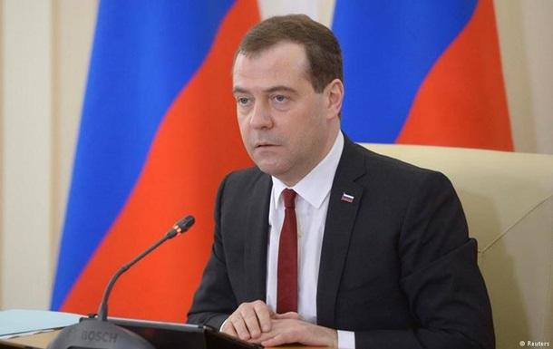 Медведев призвал как можно скорее навести порядок на валютном рынке
