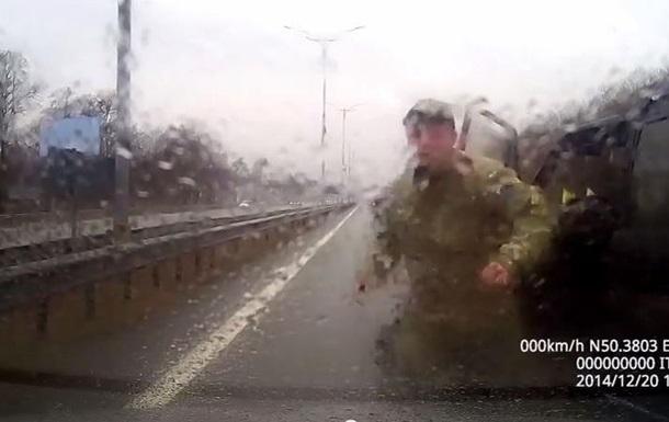 Пьяные бойцы  Айдара  избили людей на трассе под Киевом