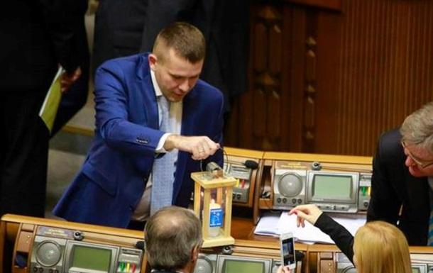 Депутатам для хорошей работы передали Вифлеемский огонь мира