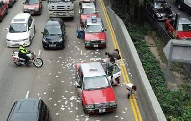 У Гонконгу на дорогу розсипали 4,5 млн доларів