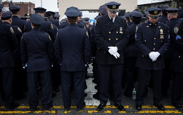 Полицейские отвернулись от мэра Нью-Йорка на похоронах