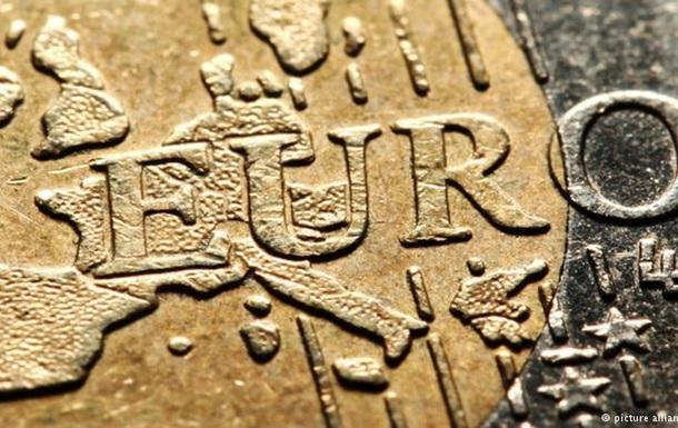 Євро продовжує падіння: його курс знизився до рівня 2006 року