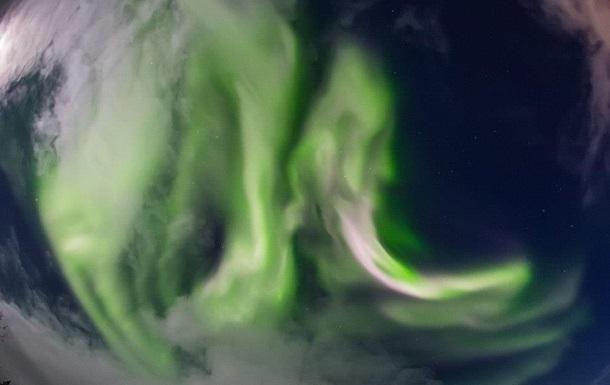 Российский фотограф снял на видео яркое северное сияние