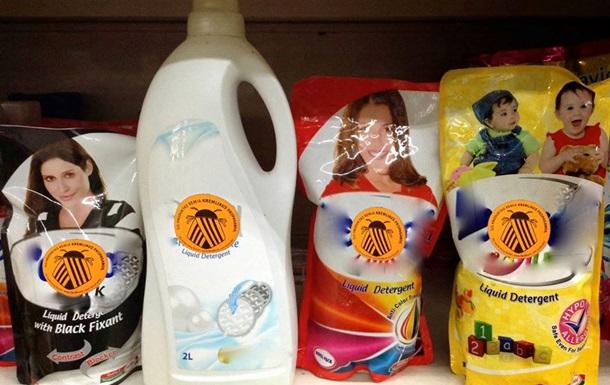 В литовских магазинах товары начали маркировать  колорадскими  стикерами