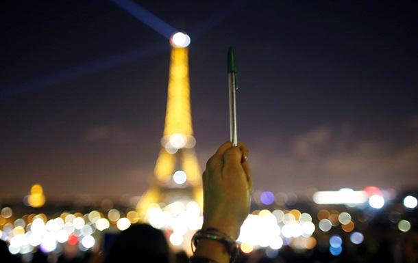 В Париже погасили Эйфелеву башню в память о Charlie Hebdo