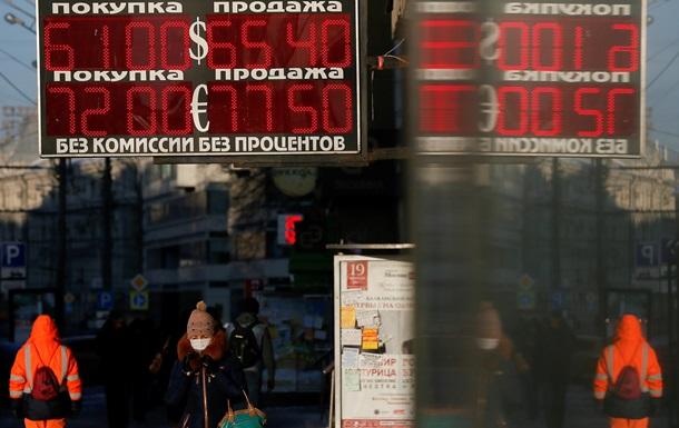 Курс рубля снижается на фоне падения цен на нефть