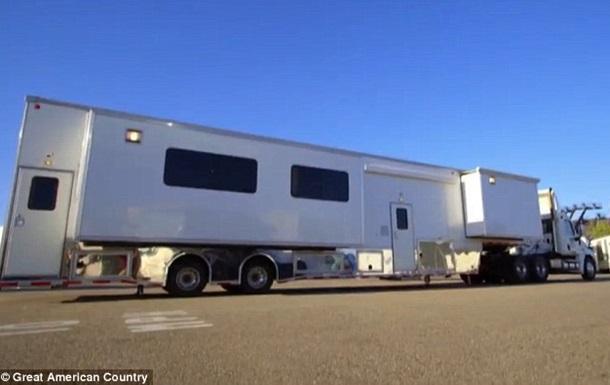 Бред Пітт купив пересувний будинок для родини за мільйон доларів